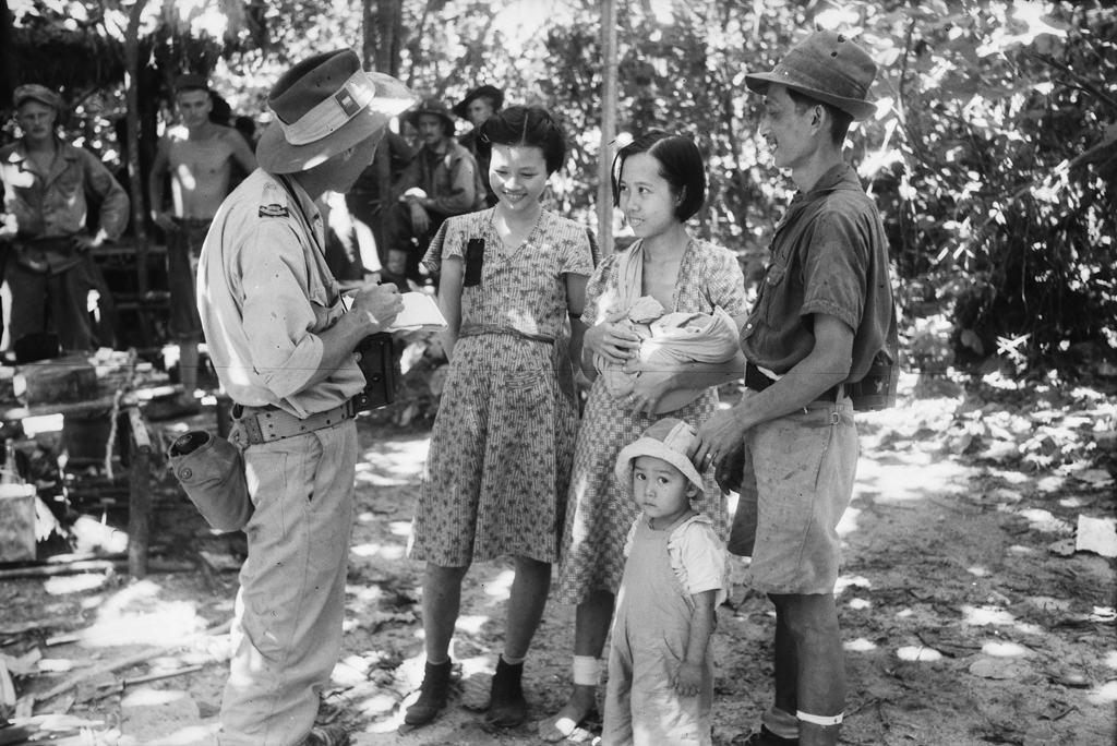 1944 Photo of Australian war correspondent interviewing an unidentified Chinese family